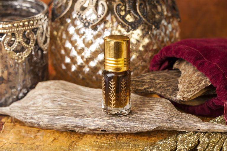 What does Oud smell like - Oud oil and wood